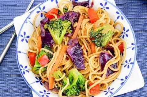 Receta fácil de lo mein en plato con fondo azul