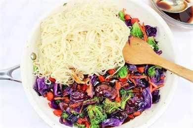 Fideos chinos añadidos a verduras en sartén