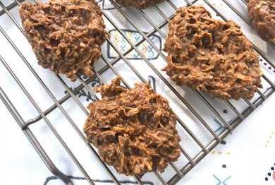 Galletas de chocolate y coco sin hornear en rejilla