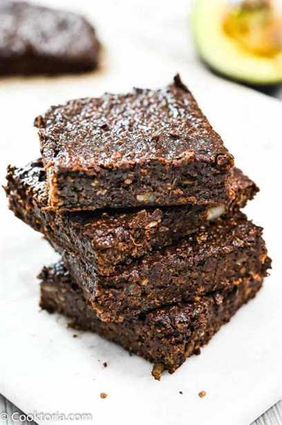 Brownies de aguacate apilados uno encima del otro
