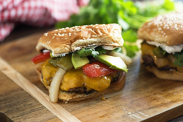 ¡Estas hamburguesas de fajita están cubiertas con verduras asadas, aguacate, queso y una cucharada de crema agria! Perfecto para asar en verano.