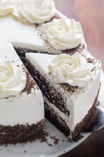 Esta receta de pastel de chocolate es suave, esponjosa, húmeda y muy chocolateosa. Cómo hacer el mejor pastel de chocolate (fotos paso a paso). ¡Nuestro pastel de chocolate favorito! El | natashaskitchen.com