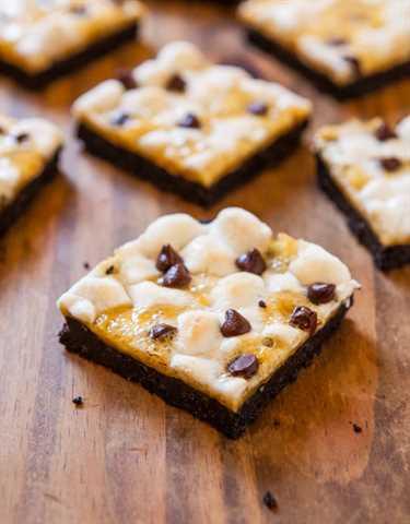 Barras de Marshmallow Caramelo Oreo Cookie S'Mores - ¡No se necesita fogata para estos Smores! ¡Chocolate con abundante caramelo y malvaviscos!