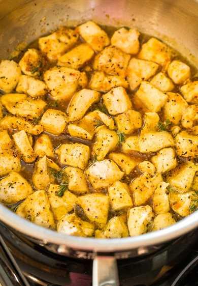 cocinar miel con pollo al limón en una sartén