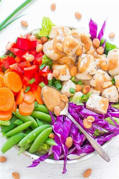 Ensalada tailandesa de pollo con maní: ¡coma el ARCO IRIS con esta ensalada FÁCIL y saludable que está lista en 20 minutos! ¡El jugoso pollo y las verduras crujientes se lanzan en la MEJOR SALSA DE MANÍ!