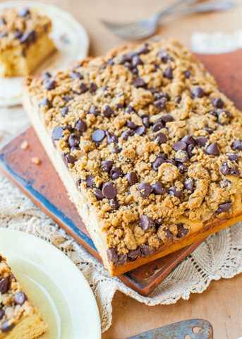 Pastel de mantequilla de maní y miel con mantequilla de chocolate y maní Streusel averiecooks.com