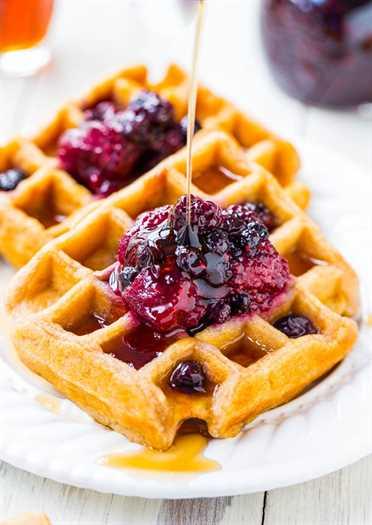 Waffles fáciles de suero de leche con conservas mixtas de bayas y limón: ¡tan rápido y fácil como usar una mezcla de panqueques en caja, pero mucho mejor! Crujiente por fuera y suave y esponjoso por dentro.