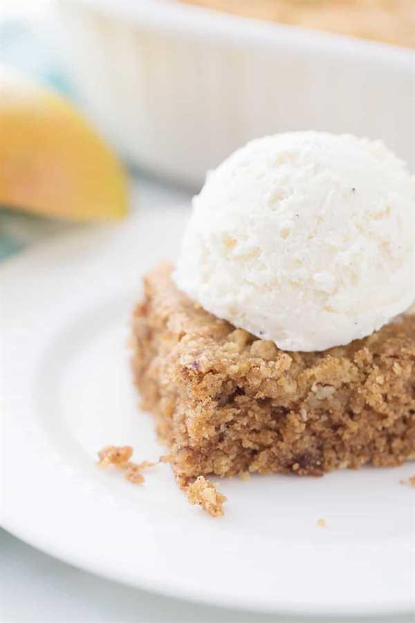 Pastel crujiente de compota de manzana: hay pastel de compota de manzana y luego está el pastel CRUNCH de compota de manzana. ¿Por qué elegir lo ordinario cuando puede optar por lo extraordinario con una cobertura crujiente? #cake #dessert #applesaucecake #easyrecipe #baking #sweets #easycake #cakerecipe #HalfScratched