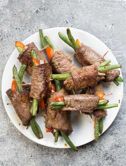 Estos rollos de carne se cocinan mejor si no los llena en exceso. En general, los relleno con aproximadamente 2 de cada uno. Dos judías verdes, 2 rodajas muy finas de pimiento y cebolla. Encuentro pequeñas rebanadas de filete de aproximadamente 2 pulgadas x 3 pulgadas es casi perfecto para esa relación. Puede hacer esto como desee, solo recuerde que si los hace más gruesos, su tiempo de cocción aumentará y si los llena con más verduras, su recuento de carbohidratos aumentará si está en ceto.