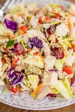 Ensalada de pollo crujiente - ¡en serio la mejor ensalada de pollo! ¡Tan diferente, pero loco! Pollo, ensalada de brócoli, manzana roja, granos de girasol, arándanos secos, cebollas verdes, pimiento rojo, almendras en rodajas, fideos de ramen, mezclados con aceite vegetal, vinagre, azúcar y condimento de ramen. Se puede preparar con anticipación y refrigerar hasta que esté listo para servir. Hace una tonelada, ¡genial para una fiesta!