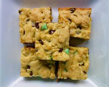 Barras de galletas de chocolate y menta: barras de galletas fáciles de mezclar. Listo para hornear en minutos. ¡A todos les ENCANTA esta receta de postre fácil! ¡Solo 6 ingredientes! Mezcla de pastel, huevos, vainilla, mantequilla, leche y chips de chocolate con menta. ¡Prepara un lote hoy!