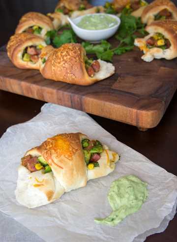 Rollos de fiesta rellenos de aguacate y chorizo con salsa cremosa de rancho de cilantro y aguacate
