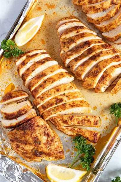Pechuga de pollo al horno en una sartén.