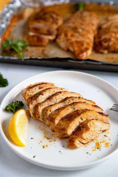 Pechuga de pollo al horno en rodajas en un plato blanco