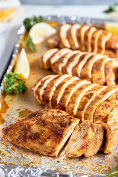 Pechuga de pollo al horno en rodajas en una bandeja para hornear.