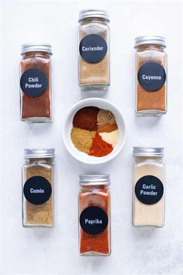 Las especias que se encuentran en una mezcla de condimentos para tacos.