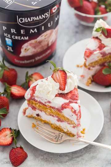 tarta de fresa tarta de helado rebanada con contenedor