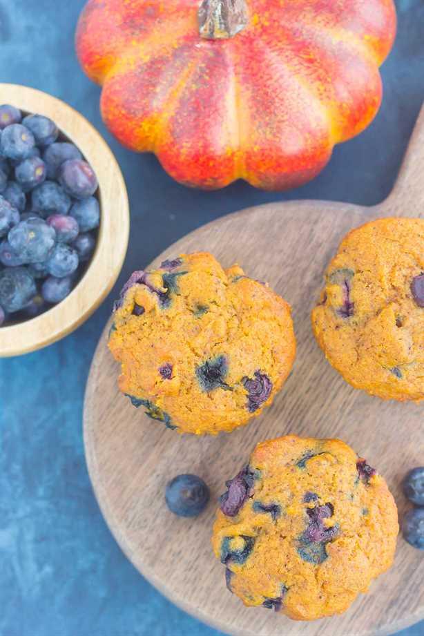 Estos muffins de calabaza y arándanos son suaves, húmedos y llenos de acogedores sabores otoñales. Repleto de calabaza dulce y arándanos jugosos, ¡este tratamiento fácil es el desayuno o merienda perfecta para el otoño! #muffkinmuffins #pumpkinblueberrymuffins #muffins #blueberrymuffins #pumpkinbreakfast #pumpkindessert #falldessert #dessert #breakfast
