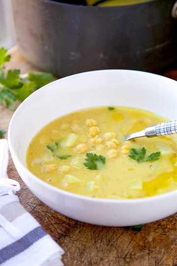 Sopa de garbanzos, chirivía y limón: ¡esta es una sabrosa sopa vegana de garbanzos, nabos y limón que es ligera y reconfortante! Receta, sopa, vegana, vegetariana, aperitivo | pickledplum.com