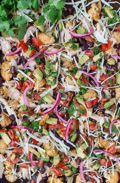 Imagen de los mejores nachos de coliflor con cebolla roja en escabeche, repollo rallado y una salsa de aguacate fácil.