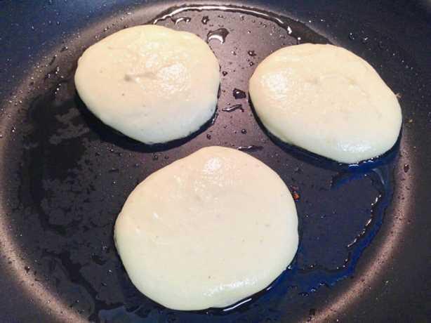 panqueques cocinando en sartén