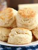 ¡Se revela el secreto de Foolproof Flaky Biscuits! ¡Descubra cómo obtener galletas escamosas, en capas, mantecosas y tiernas que se desmayará! (¡Consejos, trucos y tutorial de fotos incluidos!)