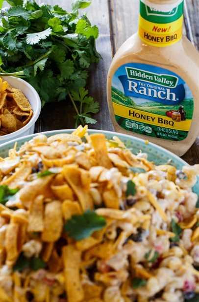Ensalada de pasta BBQ Ranch con pollo y crujientes chips de maíz.