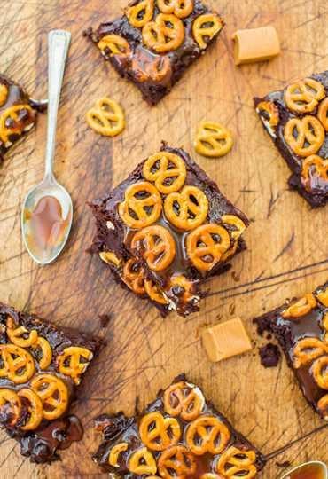Brownies rellenos de pretzel con caramelo salado: brownies raspados super rellenos tan fáciles como una mezcla. Receta fácil y sin mezclador en averiecooks.com