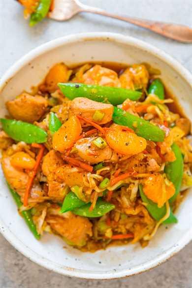 Salteado de pollo con mandarina y naranja - ¡Un salteado asiático FÁCIL con pollo tierno, naranjas jugosas y verduras! ¡Omita la comida para llevar y haga esta receta de sartén ONE que está lista en 15 minutos y es perfecta para las noches ocupadas!