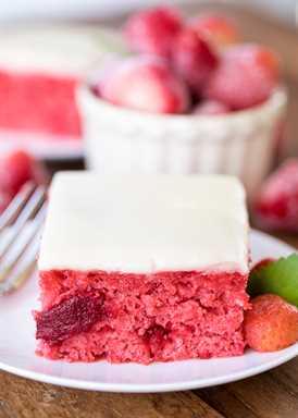 Pastel de tarta de fresas: mezcla de pastel retocada con relleno de tarta de fresa y extracto de vainilla. Cubierto con un rápido glaseado casero de chocolate blanco. ¡Este pastel se solicita para cumpleaños y comidas compartidas! ¡Tan bueno!