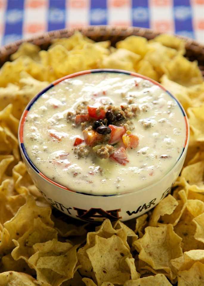 Dip picante de queso - ¡solo 4 ingredientes! ¡Esto es LOCO! Es imprescindible en cualquier fiesta! Salchicha, salsa de queso blanco, frijoles negros y tomates cortados en cubitos y chiles verdes. ¡A todos les ENCANTA esta fácil salsa mexicana!