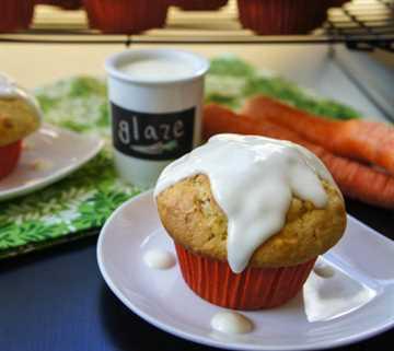 Muffins de pastel de zanahoria estilo panadería con glaseado de queso crema