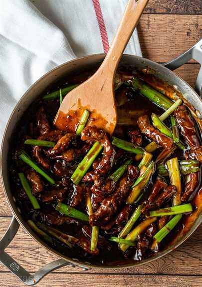 Cocine la salsa de carne mongol en la sartén antes de volver a agregar la carne.