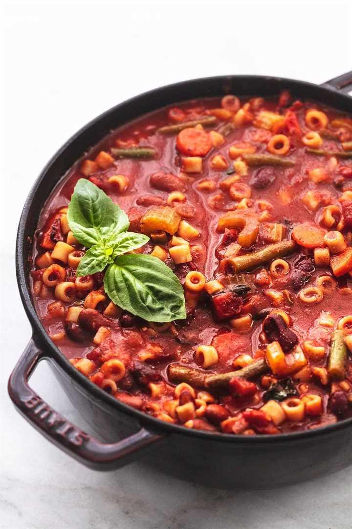sopa minestrone en una olla