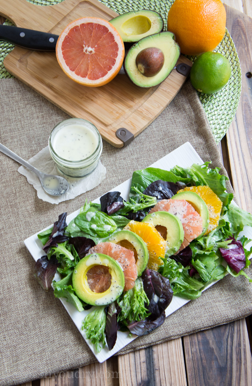 Ensalada de aguacate y cítricos con aderezo de lima y semillas de amapola