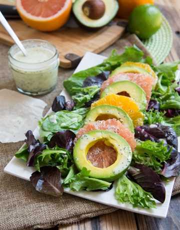 Ensalada de aguacate y cítricos con aderezo cremoso de semillas de amapola y lima