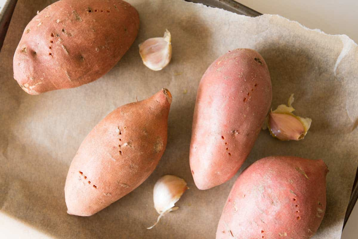 Roasted garlic sauce with sweet potatoes