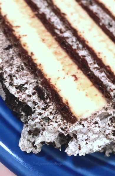 rebanada de pastel de helado sin lácteos en placa azul