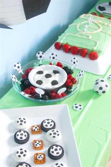 ¡Celebra a tu pequeña estrella del fútbol con esta fiesta de cumpleaños de fútbol fácil y económica! (¡Alimentos, suministros y recuerdos para fiestas por $ 50 o menos!)