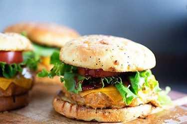Me encantan estos sándwiches de pollo a la barbacoa. ¡El pollo se mezcla con galletas de queso y salsa de barbacoa para que estén llenos de sabor!