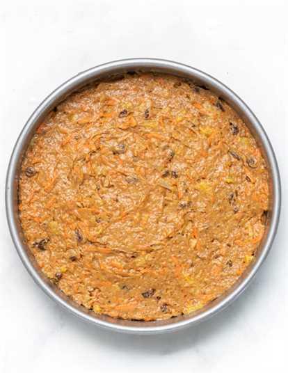 masa de pastel de zanahoria cruda en un molde para pasteles