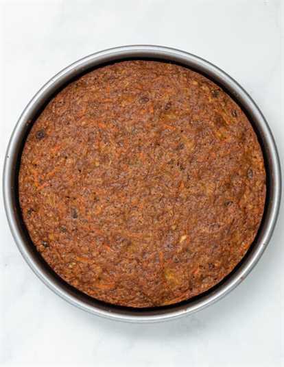 una capa de pastel de zanahoria vegano cocido y en una sartén