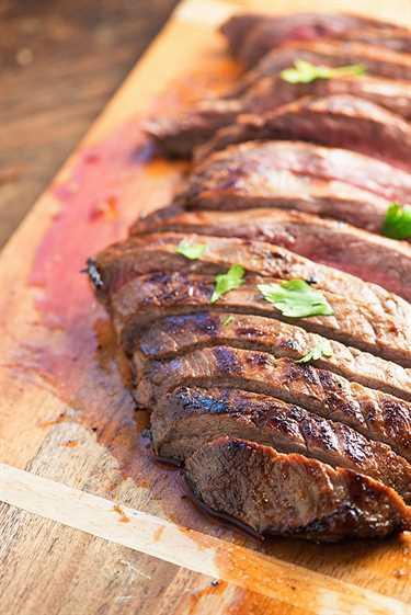 ¡Este filete de flanco marinado con cítricos es un imitador de mi comida de asador brasileña favorita!