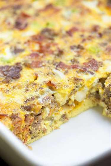 Si necesita nuevos desayunos bajos en carbohidratos para probar, ¡esta cazuela de desayuno anticipada es perfecta! ¡Está lleno de huevos, salchichas, tocino y queso!
