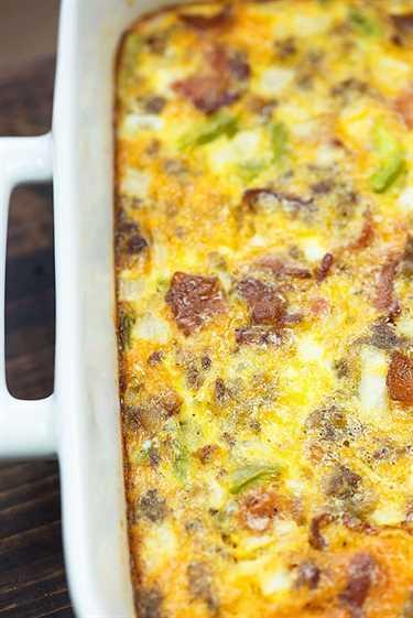 ¡Nos encanta esta cacerola de desayuno preparada! Es naturalmente bajo en carbohidratos y está lleno de tocino y salchichas.
