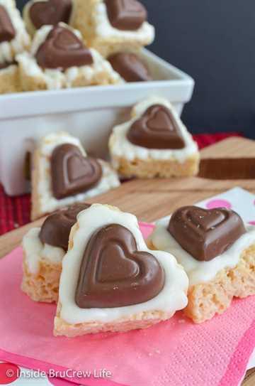 Corazones Krispie de Reese de chocolate blanco: agregar chocolate blanco y corazones de caramelo hace que estos dulces de arroz krispie sean tan divertidos y deliciosos. Haga esta receta sin hornear para las fiestas de San Valentín. #ricekrispietreats #nobake #peanutbuttercups #reathapedtreats #valentinesday #reeses