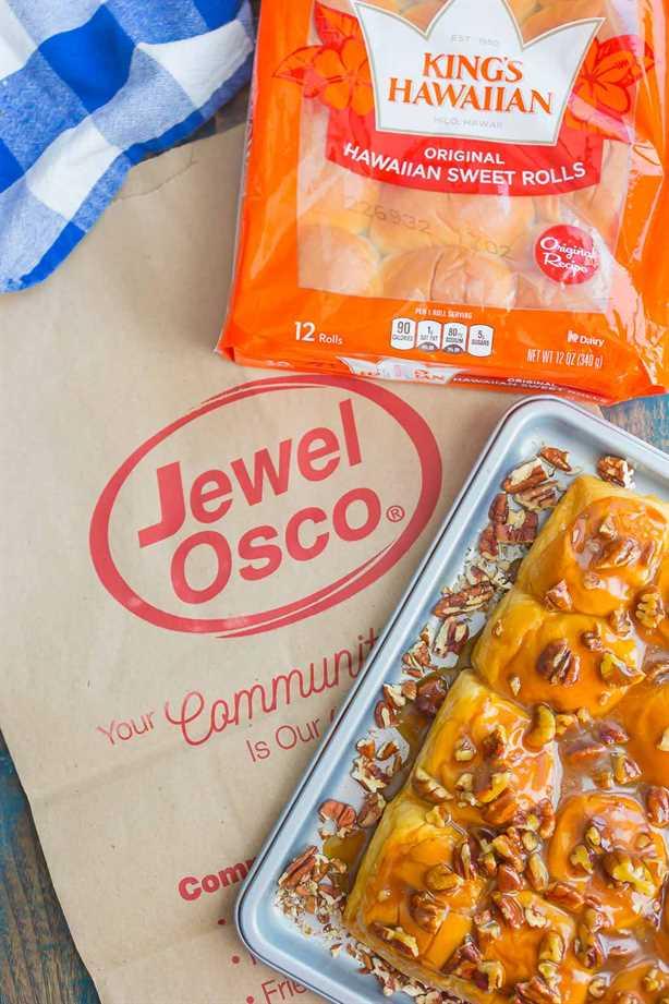 Caramel Sticky Buns son suaves, dulces y están listos en solo 30 minutos. Los panecillos dulces se cubren con una rica salsa de caramelo, nueces picadas y luego se hornean hasta que estén dorados. ¡Perfecto para el desayuno o el postre! #stickybuns #sweetrolls #caramelstickybuns #caramelrolls #breakfast #dessert