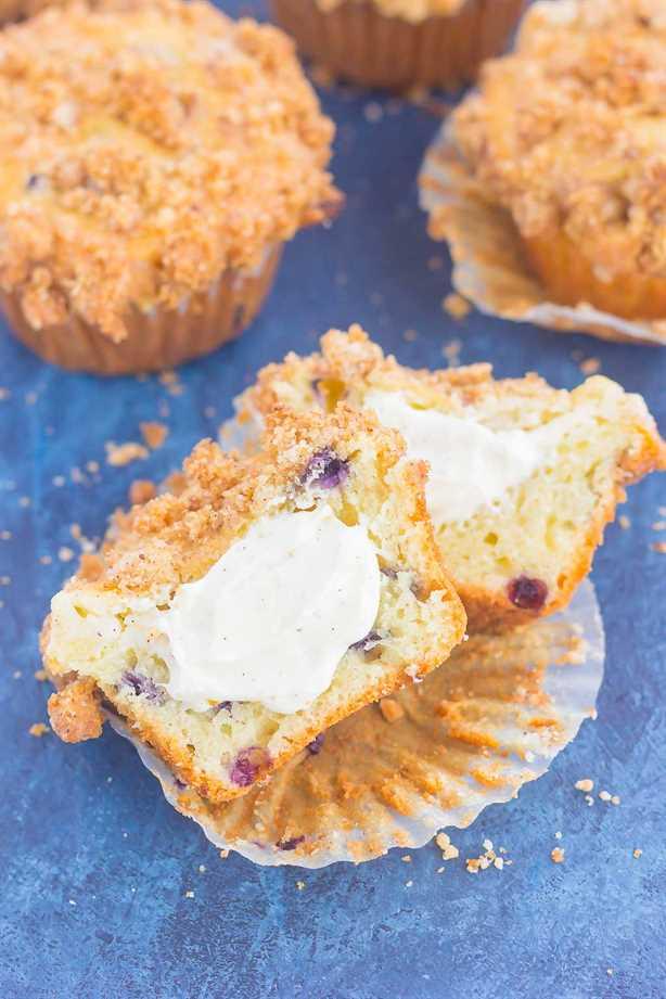 Estos muffins de tarta de queso y arándanos son un delicioso desayuno o un postre fácil. ¡Llenos de arándanos picantes, un relleno de tarta de queso dulce y cubierto con un streusel mantecoso, estos panecillos se convertirán rápidamente en el regalo favorito de todos!