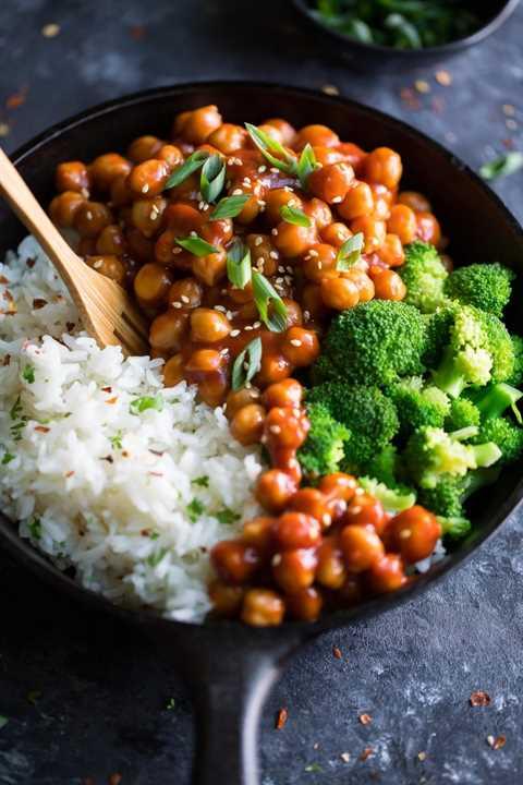 Garbanzos agridulces con brócoli y arroz