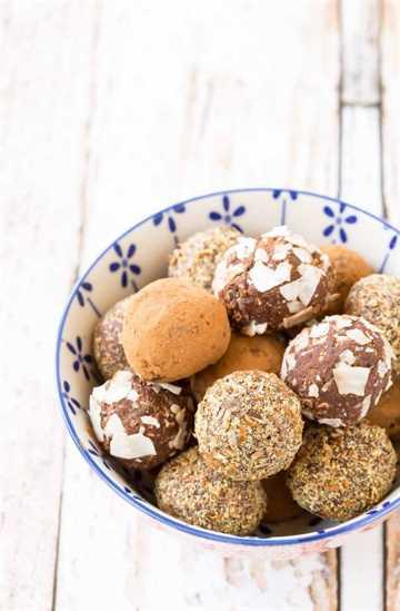 Si eres alérgico o simplemente no te gustan las nueces, estas bolas de energía sin nueces son deliciosas. Satisfacen ese antojo de chocolate y te dan un impulso de energía. ¡Obtenga la receta fácil para las alergias en RachelCooks.com!
